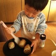 「2歳の料理人」【新春写真コンテスト】温泉水99 2L×6本 20名様プレゼント!の投稿画像