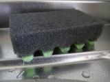 波形の凹凸がお皿のフチにフィットするスポンジ