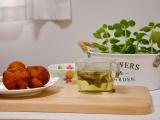 「安室養鶏場のサーターアンダギーと蓮葉茶」の画像(1枚目)