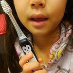 Smart KISS YOU子供歯ブラシ♪イオンの力と先端山切りカット毛で効果的に歯垢を除去できちゃう~どこを握ってもマイナスイオンが流れるので小さな子供でも簡単です。ペンギン柄のグリップがお…のInstagram画像