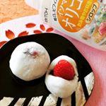 お向かいさんに苺をいただきました🖤あんこもある、だんご粉もある‼️ということで苺大福を作ってみました(*´∀`*)砂糖の半分をオリゴ糖に。お菓子でビフィズス菌がとれるなんてこんな嬉しいこと…のInstagram画像