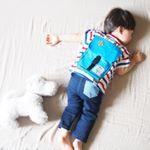 リュックを背負ったまま寝ちゃった...みたいに見える面白いデザインのTシャツは、TOKYO BY ARTPEANUTSさんのもの。ジーンズも同じブランドでコーディネートしてみました。⚠︎リュックは…のInstagram画像