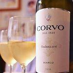 週末のお楽しみワインデー暑くなってくると白ワインが飲みたくなります。シチリア産の伝統的なブドウのみを使って作られた白ワイン ドゥーカ・ ディ・サラパルータ社のコルヴォ・ビアンコはフルーティーで…のInstagram画像