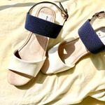 ふかふか×カラフルサンダル・頂き物のホワイトサンダル👡ふっかふかの中敷が気持ちよくてついつい素足に履きたくなっちゃう💕・ヒールも低めだから歩きやすいし、この夏は大活躍してくれそうで…のInstagram画像