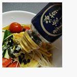 お昼は簡単に冷や麦✨適当に野菜を。最後に山本海苔店の海苔を楽しむきざみ海苔👍とてもふりかけやすくていいー💗おひとりさまでも、ちょこっとかけられるのは嬉しいですね。山本海苔店のお海苔なの…のInstagram画像