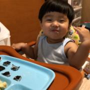「手づかみで食べるよ」創業100周年記念第1弾!【こどもの笑顔あふれるおいしい食卓風景】写真コンテストの投稿画像