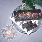 ローズサヴァランのケーキ、すごく美味しかったなぁ🌼薔薇の花びらが載っていて非常にゴージャス!とってもステキなケーキです♡#ハンター製菓 #チョコレートケーキ #ロゼ #サヴァラン #バラ #花…のInstagram画像