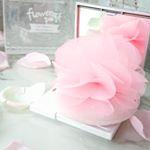 今までありそでなかったフラワーパフ。老舗化粧パフメーカー石原商店さんの製品です。ふわふわのパフにお花が咲いたようにピンクのリボンが広がってます。(ホワイトもあります❤)ただかわいいだけ…のInstagram画像