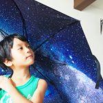 株式会社#シンシア さまより、#relax#アンブレラ をモニター#プレゼント して頂きました🌂・#雨の日 でも気分は晴れやか♪なこちらの#長傘 は外側の見た目はシンプルな黒の無地ですが、広げ…のInstagram画像