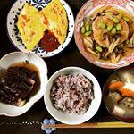 昨日の夕食です😊和風ハンバーグと、トマトとチーズのオムレツと、ナスの中華風と、雑穀ごはんと、具沢山味噌汁です。  #yasaiwomotto #monmache #モンマルシェ #野菜をMotto…のInstagram画像