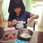 アイス作り。子ども用青汁を使って。青汁好きな娘。#子どもと一緒に #クッキング #こどもフルーツ青汁 #青汁アイスでスクスク成長 #monipla #sukusukunoppoku…のInstagram画像