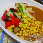 #モニプラ#ごと㈱#鯛出汁入りレトルトカレー#モニター中 ‼️ オーソドックスに#ご飯にかけて食べました。#トッピングはお野菜いろいろ。パプリカ、なす、アスパラ、コーン、そして生麩を#オリーブ…のInstagram画像