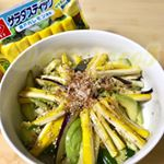 .黄色いサラダスティック✨ほんのりレモンの風味🍋.野菜室にあった水ナス、きゅうり、アボカドと一緒に 簡単な一品💨味は ちょっと和風に。レモンの風味がマッチして おいしい!彩…のInstagram画像