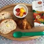パンとヨーグルトだけのいつもの朝食に  HAKO SALADが加わって今日はちょっぴり華やかな朝食になりました❣️HACO SALADは1本に1日分の野菜350g分を使用✨グレープフルーツ果汁…のInstagram画像