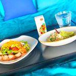 【#vegetablejuice 🍅】.ホテルのルーフトップバーでメキシカンランチ🥑プールサイドに並んだソファーはベッドのような仕様です🛋青空の下、のんびりと頂く食事は格別ですね🍽…のInstagram画像