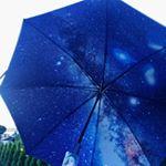 ..雨の日が楽しみになる内側が宇宙の傘☂はっしぃは日傘として晴れの日も楽しんでます😊🎶.他にも青空と木陰の柄があり。価格も3000円ちょっととお手頃だから、全部欲しくなっちゃうー✨…のInstagram画像
