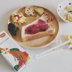 *先日の娘の#朝ごはん 🍴.デルモンテさまより、HACO SALADA(ハコサラダ)をお試しさせていただきました😊..1本(200ml)に350g分の野菜を使用した、野菜・…のInstagram画像