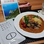 .#グリル野菜のオムカレー#五島の鯛で出汁をとったなんにでもあうカレー。辛さ控えめでとってもやさしい味わいです。そんなカレーで作った #オムカレー 🎵中身のご飯はあえて味付…のInstagram画像