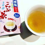 ..玉露園さま減塩梅こんぶ茶.アイスでもホットでも飲めます。塩分30%カットなのでお料理にも使いやすいです!.キンキンに冷やして飲むのも美味しいけど、やっぱホットが…のInstagram画像