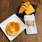 おはようございます#休日の朝なんとなく#早起きしたので…ちょっと#お洒落 な#朝食 …でもないか(笑)お洒落な#はちみつ を#パン に合わせました😆❤️※普段は朝食…のInstagram画像