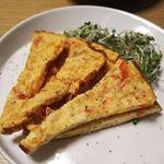 先日のおつまみ。玉子焼きフライパンを使ってオープンオムレツ。パプリカととけるチーズとプチトマト。ケチャップとマヨネーズ、塩コショウで適当に作ったけど意外とおいしかった。食べるときち…のInstagram画像