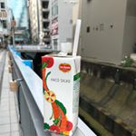 マステが彩る渋谷川沿いの歩道をハコサラダと一緒にウォーキング🚶♀️・ハコサラダは1本に1日分350gの野菜を使用した野菜・果実のミックスジュース🍹・トマト🍅やにんじん🥕など野菜たっぷ…のInstagram画像
