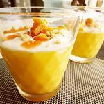 .💮マンゴープリン素を牛乳と水に混ぜてチン。あとは冷やすだけで完成✨仕上げのマンゴーソースも濃厚で美味しい😋ドライマンゴーも飾ってマンゴー尽くしに。.#お菓子 #お菓子作り…のInstagram画像