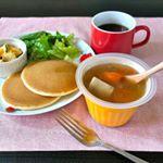 モンマルシェさんの野菜を食べるレンジカップスープ「さやかじゃがいも」と5種野菜のポトフ風スープを休日のブランチにパンケーキと一緒にいただいてみました。.スープひとつあるだけで、いつもの食卓が華…のInstagram画像