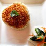 今日のお昼ご飯は簡単に!アサムラサキさんのかき醤油を使って焼きおにぎりを作ってみました(^^)「かき醤油」とは広島の牡蠣から滋養とうまみのエキスを抽出し、醤油とブレンドした高級濃厚つゆです。…のInstagram画像
