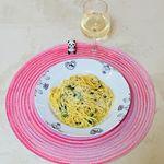 今日のお昼は、カルボナーラ✨✨ @pietro_19801209 ピエトロさんのおうちパスタカルボナーラを使って(乾麺100gにおおさじ2を加えて混ぜるだけ)小松菜とえのきも入れて最後にパルミジャーノ…のInstagram画像