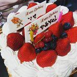 ..遅れたけどあたしと三女のお誕生日ケーキ🎂食べました♬*.6号結構大きいwww.ほぼ1人で食しました💗.#お誕生日ケーキ #誕生日ケーキ #ショートケーキ #苺増…のInstagram画像