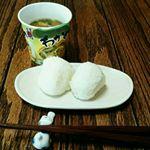 今日のお昼は塩にぎりとカップみそ汁日本人はこれだよね〜美味しい簡単海の精のあらしおを使っておにぎり作りましたふんわりとやわらかいあらしおなので、塩だけでもザラザラしなく…のInstagram画像