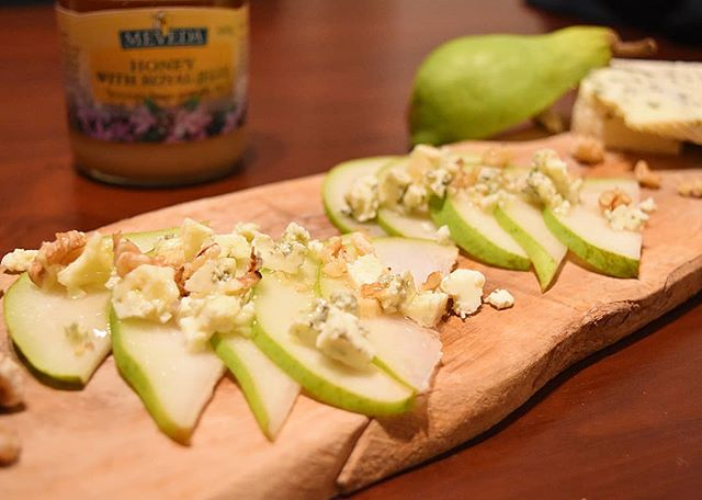 口コミ投稿:今日のアペロ🥂洋梨にブルーチーズと胡桃を散らして、蜂蜜をたっぷり🍯🐝もう大好きな組…