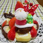 #モニプラ、アートキャンディのケーキオーナメントの#モニター をしました。#まるごとバナナで作ったケーキ もサンタとヒイラギとプレート、3つ揃うとクリスマス気分たっぷり🎄🎅2人分なんで低め…のInstagram画像