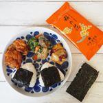 お昼ご飯🍚お弁当の残りのおかずとおにぎり💡おにぎりの海苔は、#山本海苔店 の【のれんの味『梅の花』】💡 高級感のあるパッケージが印象的📦香ばしくてパリパリで美味しい焼き海苔です😊…のInstagram画像