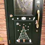 クリスマスに向けてお家の玄関ドアをデコレーションマグネットで飾りました!シールじゃないので簡単にはがしたり貼ったりできるがイイです♪お家の中なら冷蔵庫やホーロー製キッチンに貼ったりできます…のInstagram画像