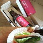#鎌田醤油 の #かつおだしの中濃ソース をかけてホットドッグのランチ。 #かつおだし がきいている、ちょっと和風のソースだから、キャベツじゃなくてレタスにしてみたよ。サラサラソースで色も薄めだけど、…のInstagram画像