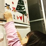 .クリスマスデコマグネットのおしゃれデザインSセット をお試しさせていただきました🎄✨.背伸びして届くか届かないかなのですが、それが楽しいようで冷蔵庫で毎日ペタペタしてます🧒🎶.マ…のInstagram画像