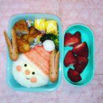 明日から冬休み、今日はお弁当の日。危うく忘れるところでした…。クリスマスだからサンタクロースにしてみたけどこれまた薄目で見るシリーズか?#小学生女子 #サンタクロース #ベ…のInstagram画像
