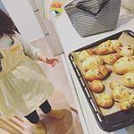 娘と一緒にパン作り🎶ソーセージが帽子になっている雪だるまパンのつもりが……😭膨らみすぎて、なんかペンギンみたい😅味は美味しかったです🙆♀️※クックパッド参照*ああ、夜更かしや…のInstagram画像