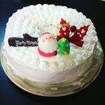 今回の手作りクリスマスケーキを可愛くしてくれたのは、アートキャンディ株式会社さんのお砂糖サンタさん、雪が積もったような字が可愛い切り株型チョコプレート、ハートの切り抜きが可愛いヒイラギの飾り😍…のInstagram画像