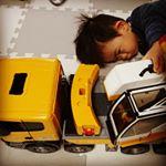 一歳過ぎから、一日中飽きずに車で遊んでいる息子。自分より大きいクレーン車に大興奮!!!タイヤもリアルで釘付け♥️笑1/16スケールで本物のような作りにパパも大興奮😘二人で仲良くクレ…のInstagram画像