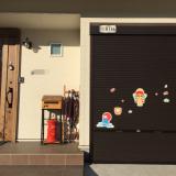 玄関ドアってマグネットがくっつくんですね!
