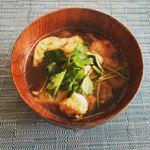 🥢お雑煮大好きでお正月が終わっても食べています😁今回はまるごとキューブだし®️を使った醤油ベースのお汁に、鶏もも肉・菜の花・焼いたおもちと三つ葉を入れました💓このまるごと…のInstagram画像