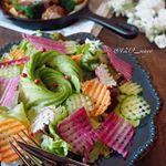 ・・Lunch menu with carbohydrate restriction・・こんにちは・・毎日食べてるサラダ🥗もワッフルピーラーを使って華やかにして…のInstagram画像