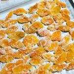 これは金柑の砂糖漬け?みたいなものですが、果物をスライスして干したり、この金柑のように甘く煮て、グラニュー糖をまぶしてもいいですね。チョコを砕いてケーキのトッピングにしたり、ホワイトチョコでふんわ…のInstagram画像