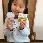 娘が持っているかわいいメモ帳ですがなんとこの絵は口と足で書かれた作品なんです😉口と足で描く芸術家協会さまから頂きました。この協会の作品をグッズにしてその売り上げを若い障害者への奨学金にする…のInstagram画像