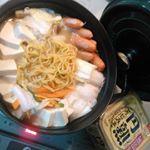 急に寒くなった~‼夕飯のリクエストを受け付けたらラーメン鍋と来たので昨日の晩御飯はお鍋✨味噌仕立てにしてみました。写真を撮ると自分でも気づきますね。豆腐の量、はんぱない❗…のInstagram画像