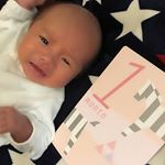 02/04☆1ヶ月だいぶ目が開いてきた👀💕最初、体重が中々増えなかったけど今はプニプニ君です💗これからもスクスク育ってね☺️👏 #生後1ヶ月 #男の子 #成長記録#新生児終了 …のInstagram画像