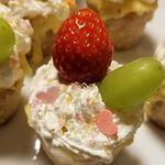 カップケーキ作りは初めて!!ぶどうのケーキが食べたいと息子のリクエスト🍰ぶどうとイチゴをのせてかわいく出来上がり😊💕#クイジナートバレンタイン #クイジナートlove #まるひろのキャンペ…のInstagram画像